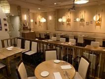 『ランチ・ディナー共に、席間隔を広々とっております!』